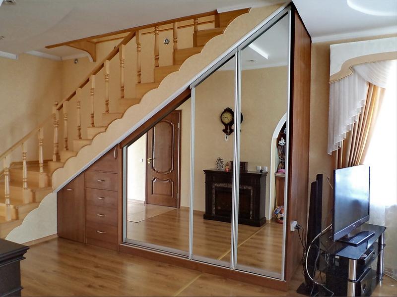 Прихожая под лестницей дизайн